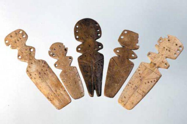 Cтилизованные женские статуэтки, из кости и металла.