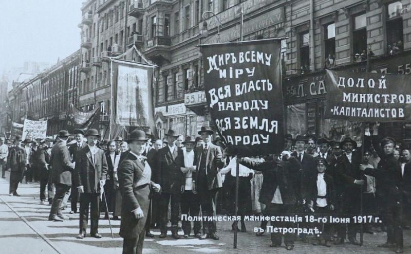Что-то не очень они были похожи на большевиков. В шляпах...