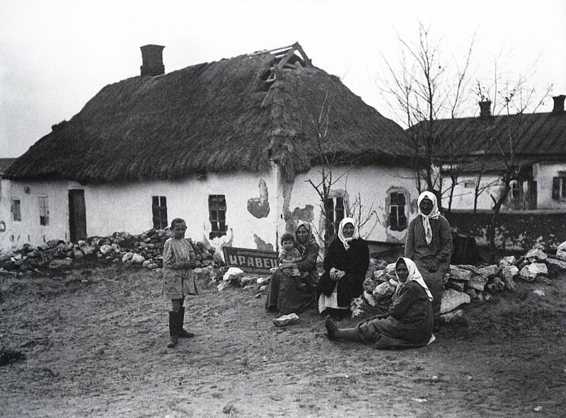 Раскулаченные около своего дома. Украина. 1929 г