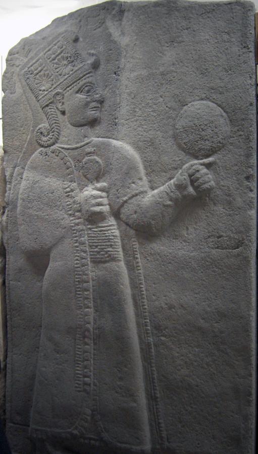 Кубаба (Кабаба и др. имена) с зеркалом и гранатом, Музей анатолийских цивилизаций, Анкара.