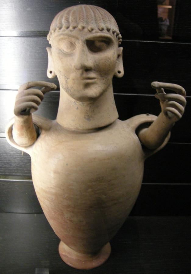 Погребальная урна со скульптурной головой.