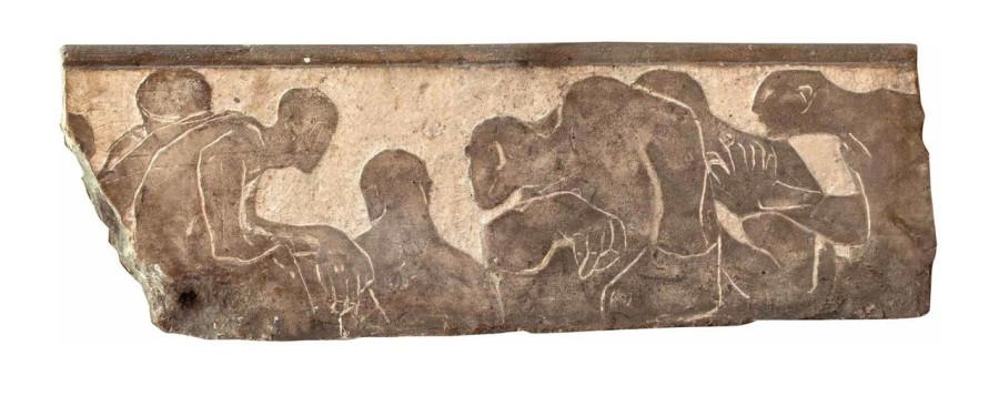 А. С. Голубкина. Зрелище. (1913 г., известняк тонированный. 32 × 94 × 6 см.)