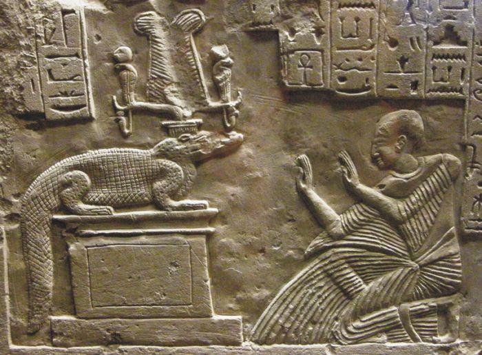 Поклонение священному крокодилу. Древнеегипетский барельеф