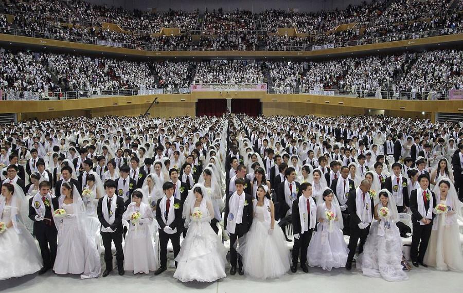 Более трех тысяч пар из числа прихожан организации «Церковь объединения» принимают участие в массовой церемонии бракосочетания в Южной Корее.