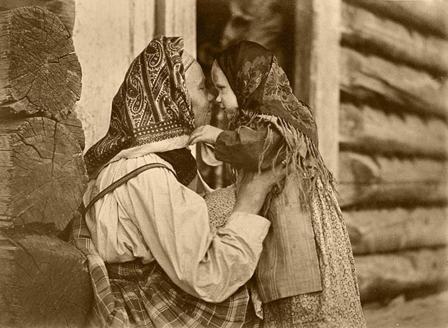 Карельские матери обыкновенно не целуют своих детей а соприкасаются носами. Это особый знак нежности.