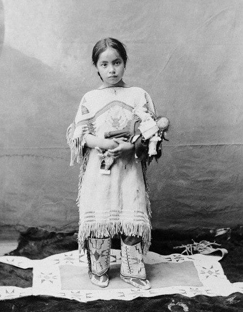 индейская девочка с куклой
