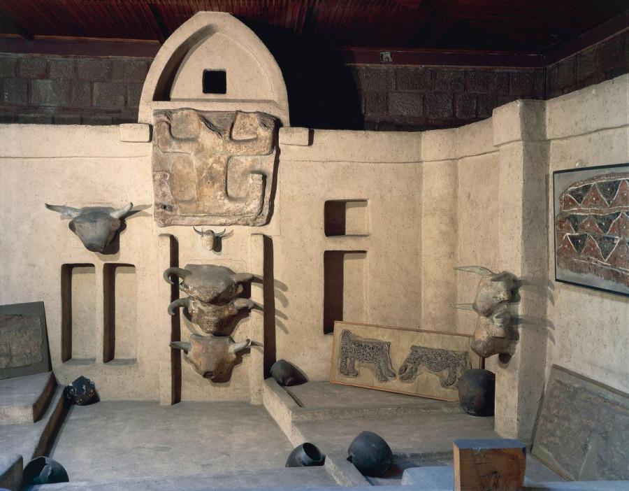 Реконструкция святилища в Чатал Хююке. Фигура сверху традиционно интерпретируется как изображение богини. Музей Анатолийских Цивилизаций