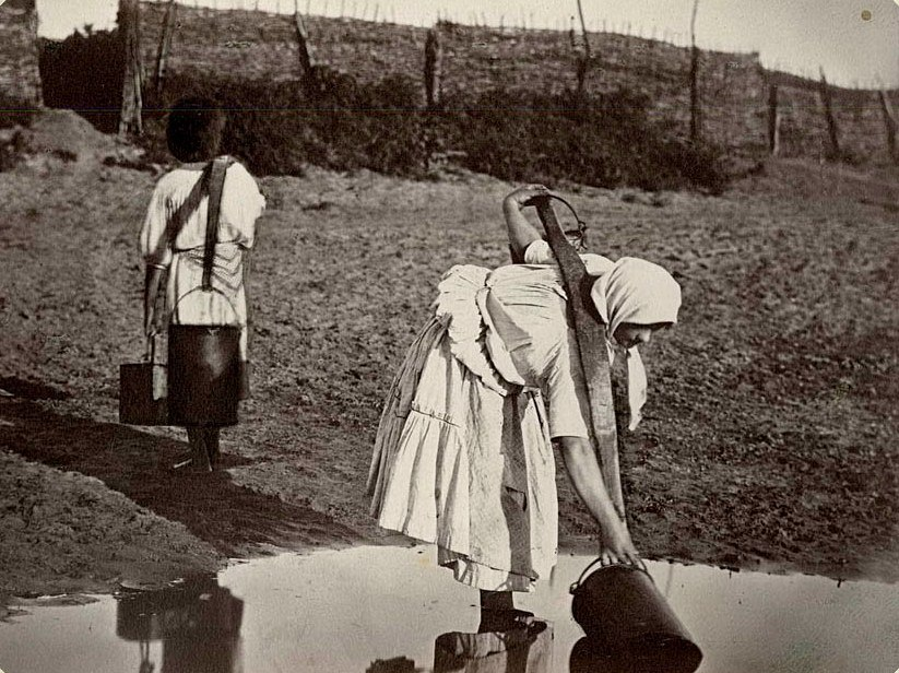 Казачки поливают огороды. 1875-1876. Снимок Ивана Васильевича Болдырева