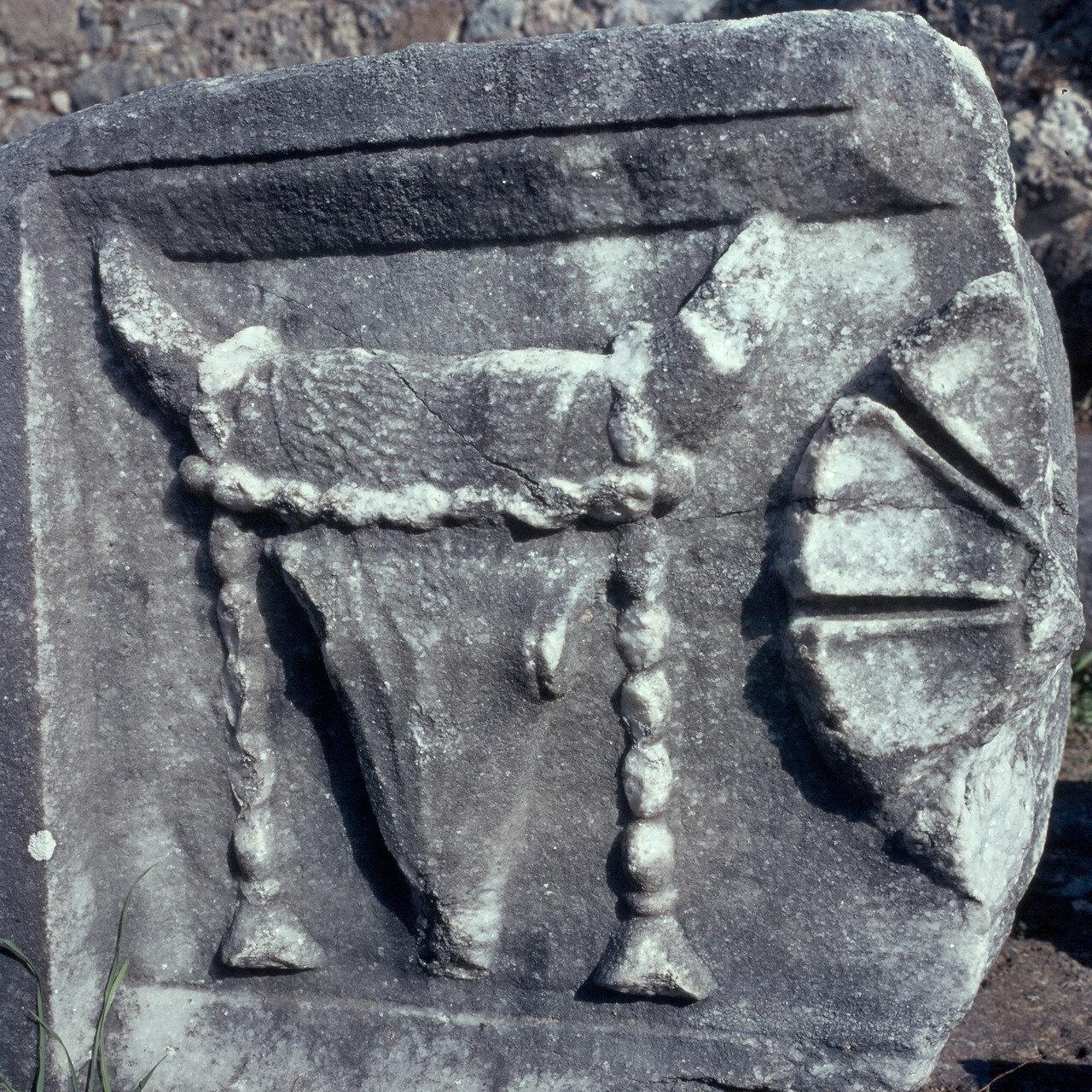 Самофракия. Arsinoeion. Святилище Великих Богов. голова и розеткой (bucrania) от Arsinoeion быка, 1964