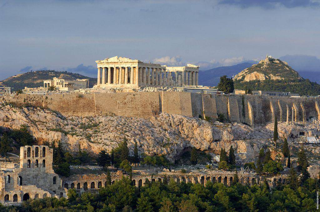 Парфенон находится на территории Афинского акрополя.