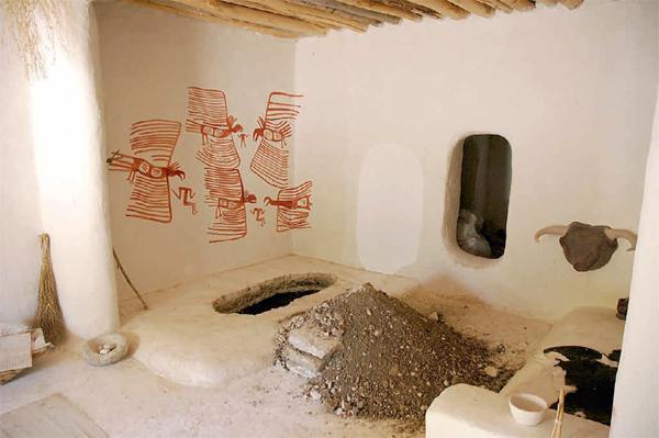 Реконструкция комнаты в Чатал-Хююке. На стене рисунок, изображающий птиц клюющих людей.