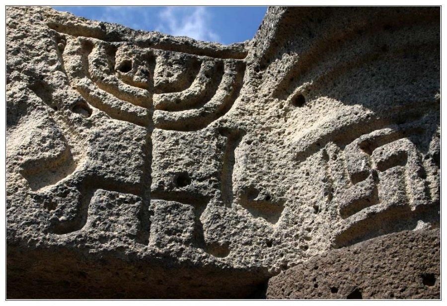 менора древнее изображение на камне