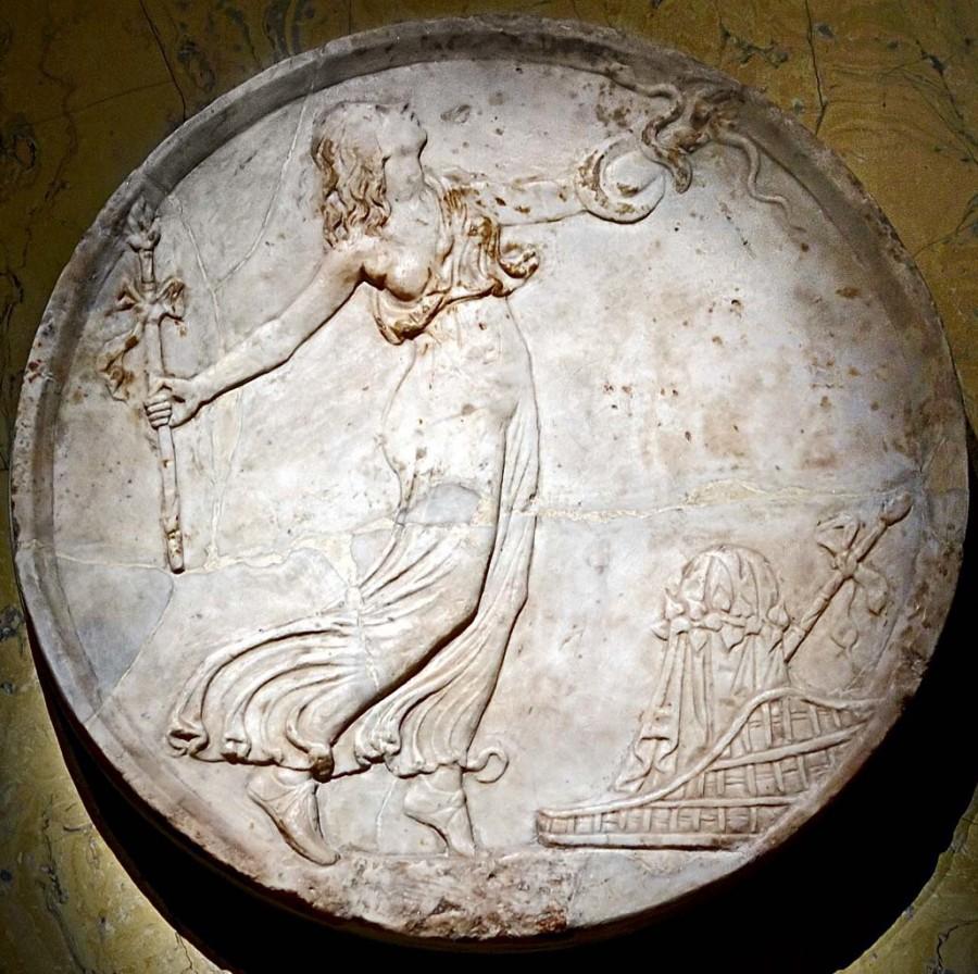 Пляшущая менада. Декоративный подвесной медальон (oscillum). Мрамор. Кон. I в. н. э. Музей истории искусств. Вена.