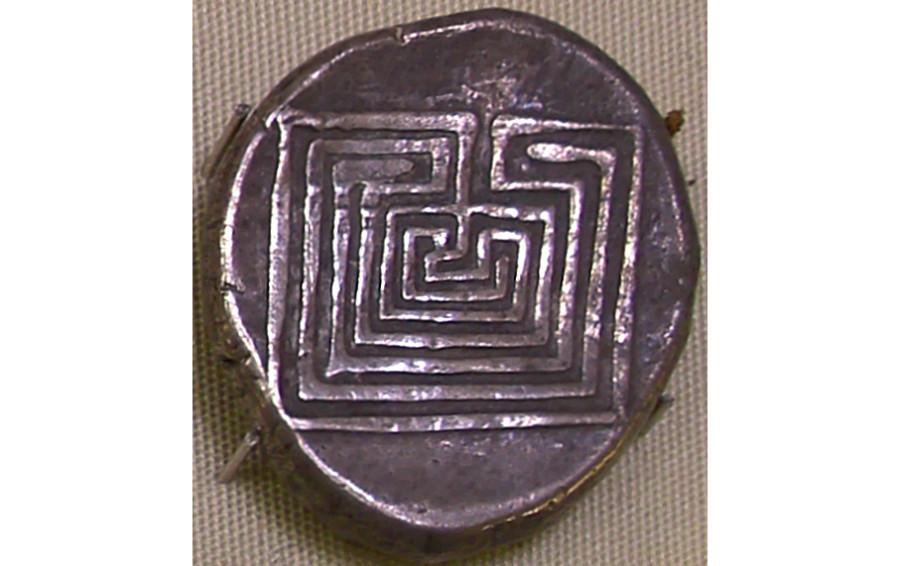Серебряная монета из Кносса с изображением лабиринта. Гераклион. Археологический музей