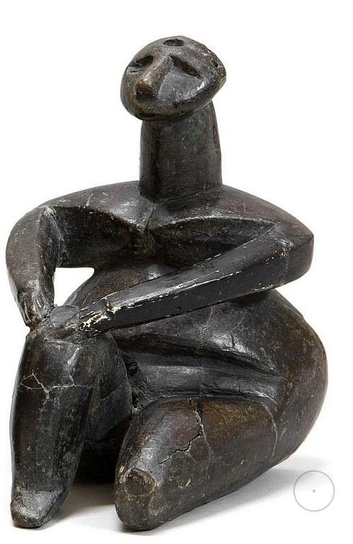 Сидящая женская статуэтка с обозначенным отверстием на голове. Культура Винча.