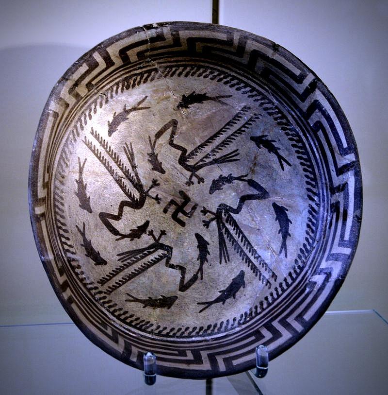 Керамическая чаша с изображением движущихся рыб, птиц и свастики. Самаррская культура. Керамический неолит. V тыс. до н.э.