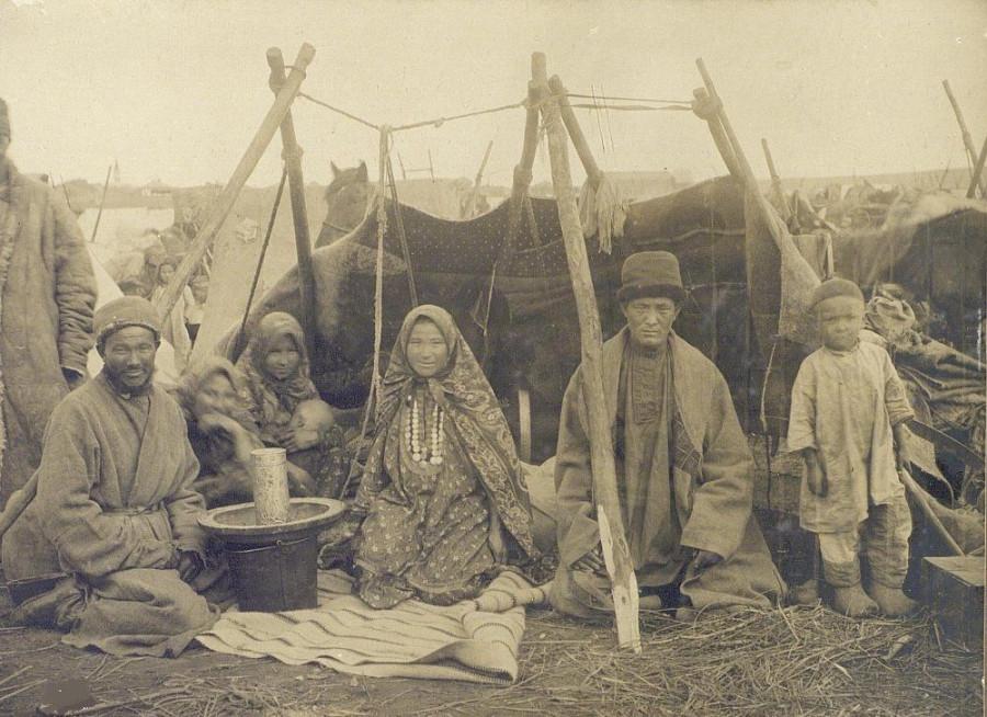 Башкиры на базаре в Троицке.