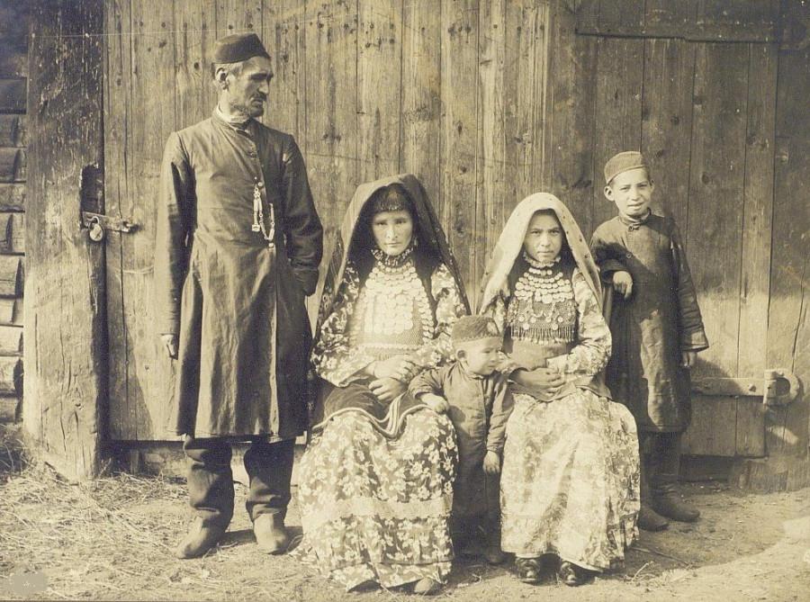 Портрет семьи башкира из дер.Кундравы Оренб.