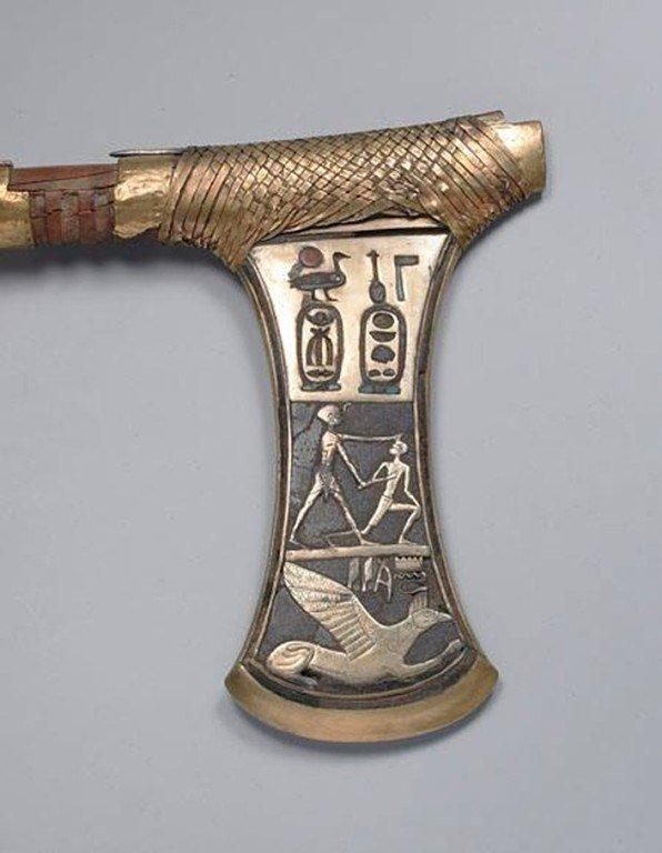 Топор возрастом 3600 лет. Найден в гробнице царицы Яххотеп II в Фивах.