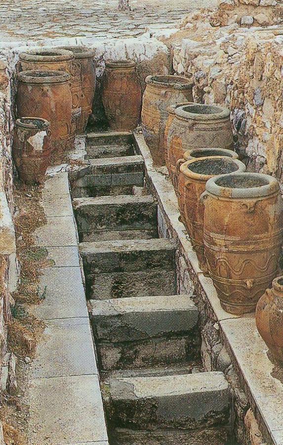 Похоже, емкости для оливкового масла в Кносском дворце.