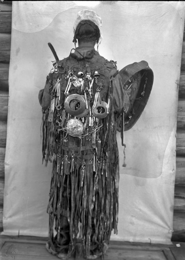 Якутский шаман в церемониальной одежде , 1902