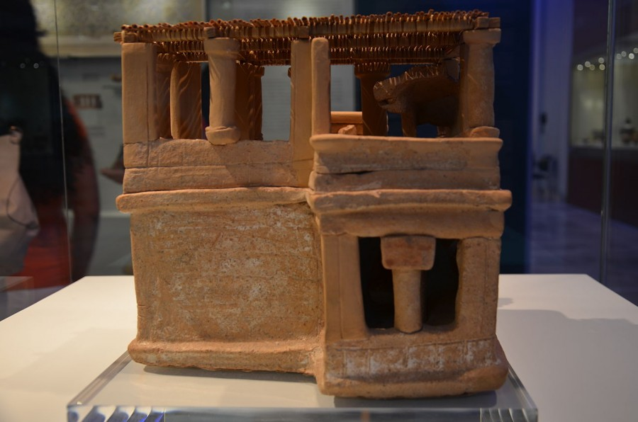 Clay_model_of_a_house_from_Acharnes_2