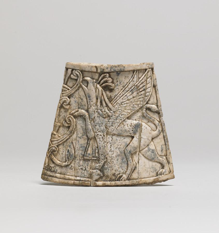 Финикийский (8 век до н.э.) Winged_Griffin_Nibbling_on_Sacred_Tree_-_Walters_711171