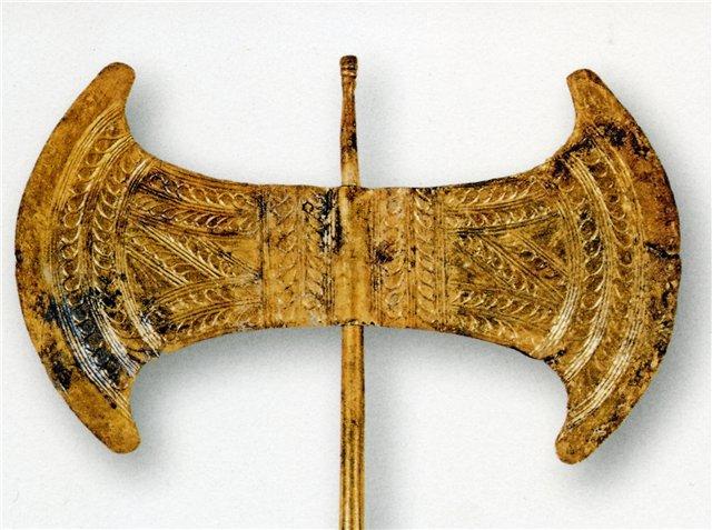 Ритуальная двойная секира – лабрис. Золото. Крит. 1700-1600 г. до. н.э. Археологический музей. Ираклион. Греция.