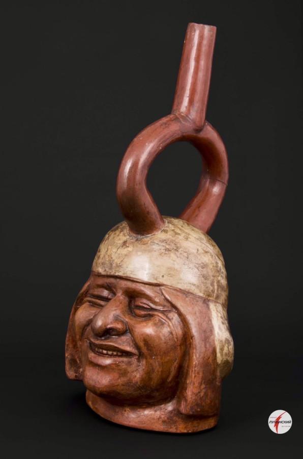 Сосуд с портретом человека в стиле моче, изображающий смеющегося человека. 100-700 гг. нашей эры