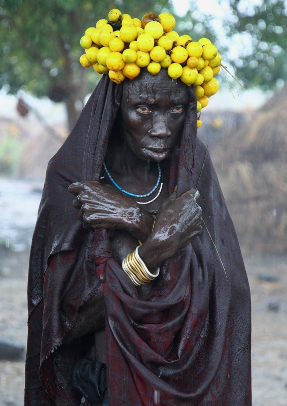 Женщина из племени Мурси под дождём