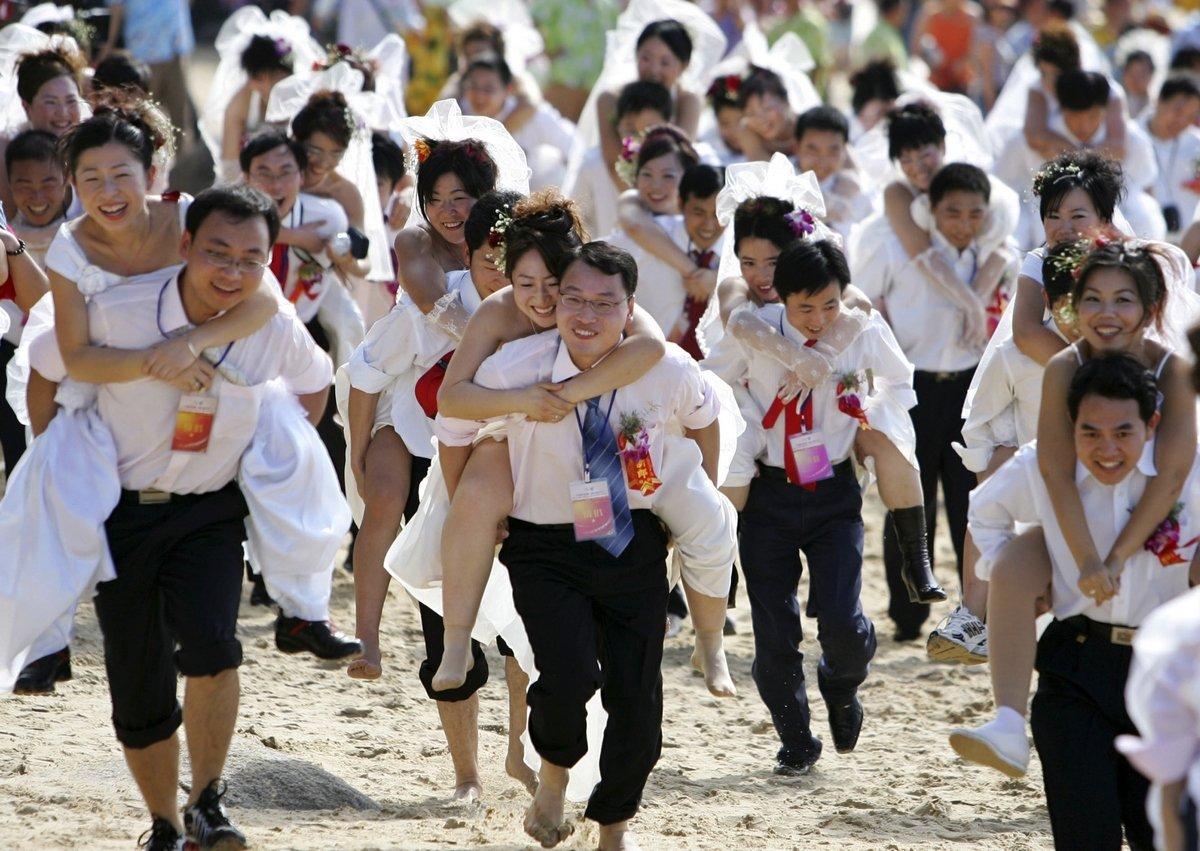 Мини-марафон молодоженов в Китае.