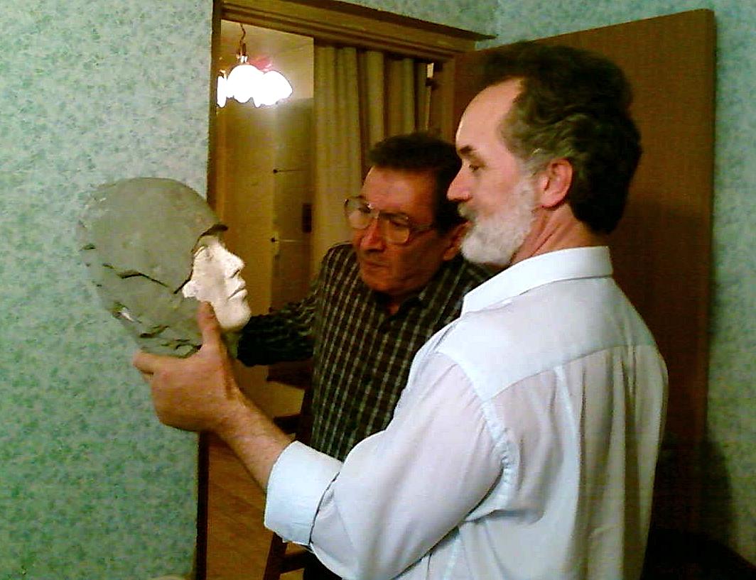 Г.М.Назлоян и С.А.Кравченко на финальном этапе создания портрета пациента методом маскотерапии (скульптурное портретирование).