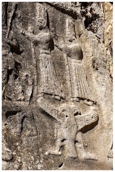 двуглавый орёл, поддерживающий богинь