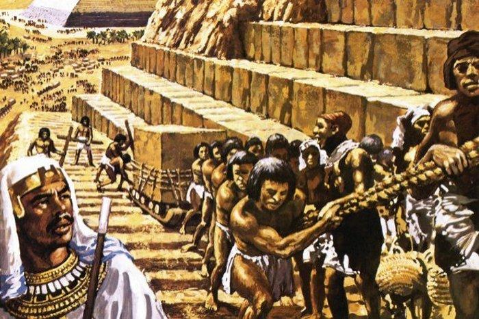 Рабы строят пирамиду