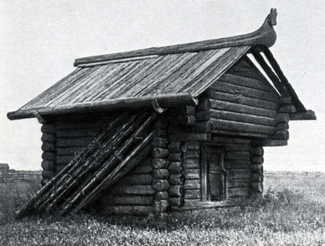 Конь-охлупень на крыше амбара. XIX в. Вологодская губ