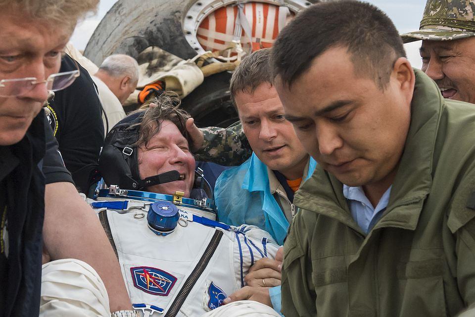 Геннадия Падалку выносят из капсулы.
