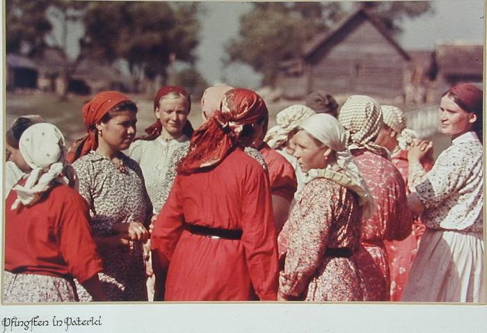 Советские крестьянки на день Святой Троицы. Деревня Патерки. Калужская область