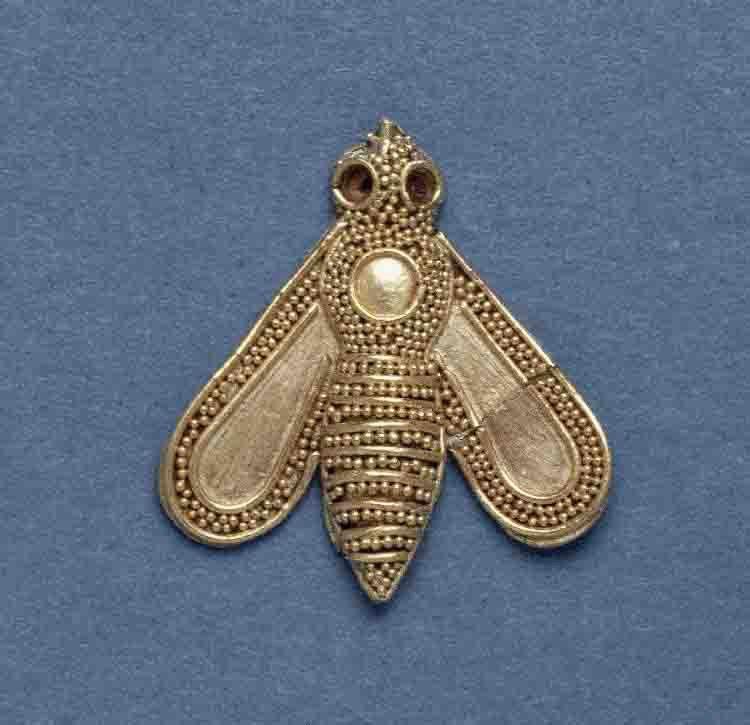 Золотое украшение в виде пчелы