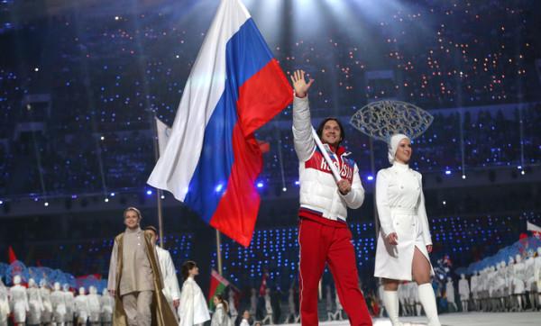 максим траньков нес флаг россии на церемонии закрытия