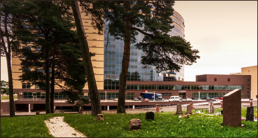 Кладбище с видом на бизнес-центр-int