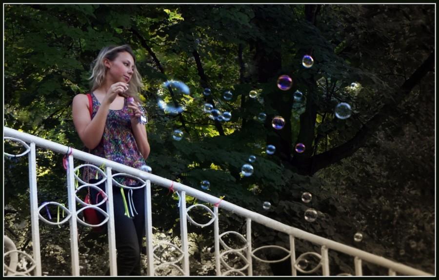 Девушка и мыльные пузыри int