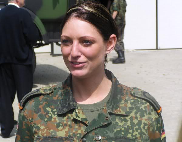 005 Немецкие девушки в погонах1