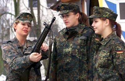 005 Немецкие девушки в погонах