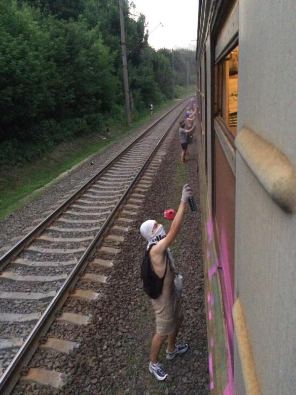 Украина Банда УБЛЮДКОВ остановила поезд
