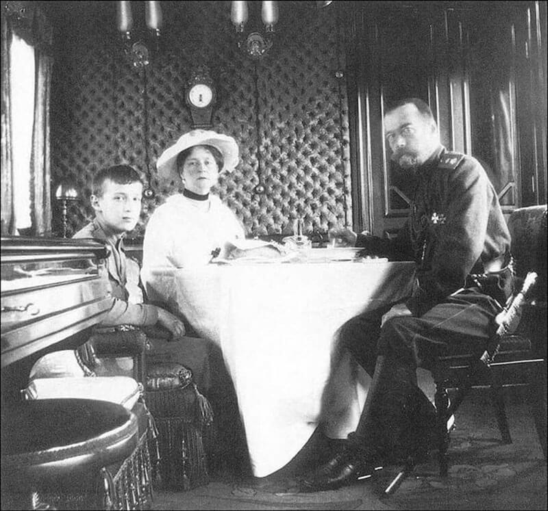 Императорская семья в поезде. https://istorik.net