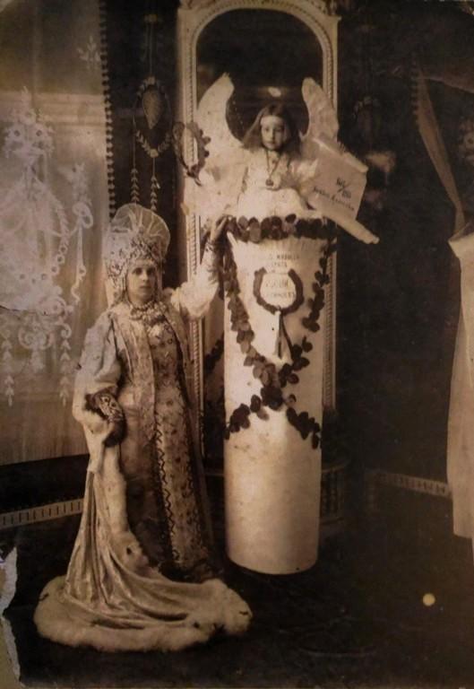 Севастополь в лицах. Ефросинья Яковлевна Веридонова с внучкой Тамарой на балу в Городском собрании. 1913