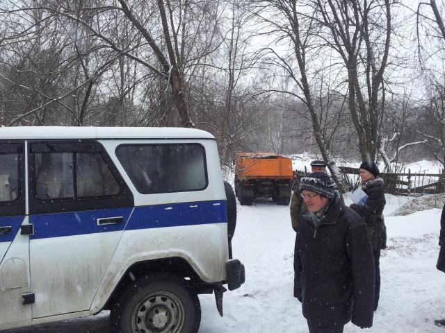 Жильцы блокируют Камаз. На фото Анатолий Баташев