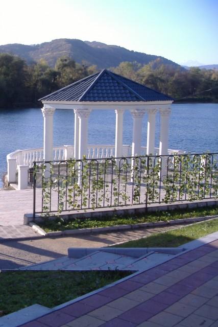 Нальчик. Парк. Атажукинский сад. Беседка над озером