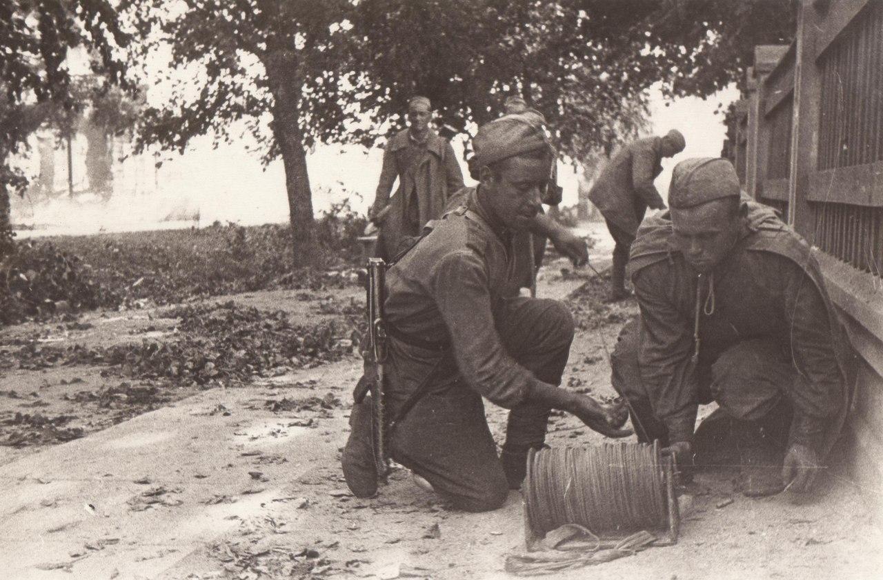 Август 1944 года. Советские связисты в Тарту. Фотограф: С. Нордштейн.