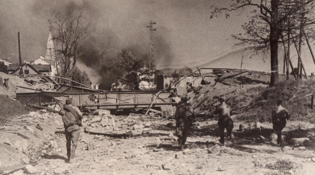 Август 1944 года. Советские автоматчики на южной окраине Тарту. Фотограф: С. Нордштейн.